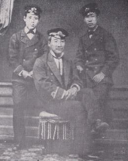 明治15年5月横須賀にて後列右が友三郎