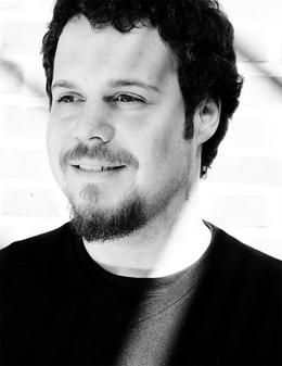 German A. Gajardo Torres lächelt auf dem schwarz-weiß Porträt und blickt an der Kamera vorbei.