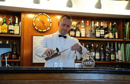 Ein Barkeeper mixt einen Bellini. Der Cocktail wurde hier erfunden. (Foto: DM Parody)