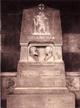 1903年10月にミュンヘン南墓地にハインリッヒ・ヨープストによって建てられたラインベルガー夫妻の墓 : 甥のイーガンによるデザイン(ウォルター・カウフマンによる1920年の撮影)