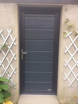 BR STORES pose des portes de garage et des portes de services dans les même panneaux que les portes de garages