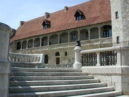 Château La Hitte dont les tours encadrent une chartreuse bordelaise du XVIII° siècle au coeur de son vignoble AOC Buzet dans le Sud-Ouest de la France