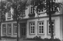 Die Vorgängerschule vor 1953 im Bereich der Kirchhofsburg.
