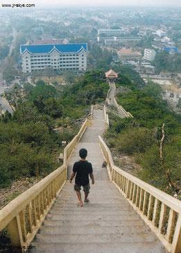 Eine der längsten Tempeltreppen, die mir je untergekommen sind: Khao Chong Krachok, Prachuap Khiri Khan