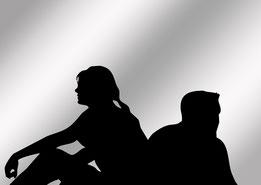Paar im Schattenriss, abweisend