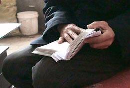 しおりをたくさん挟んだ、中国農村の長老の『魯迅箴言』
