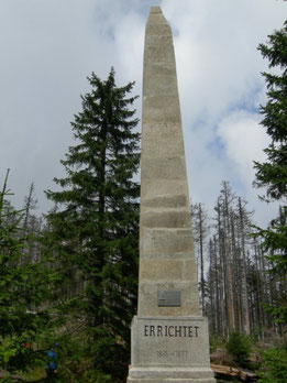 Der Stifter-Obelisk über der Seewand
