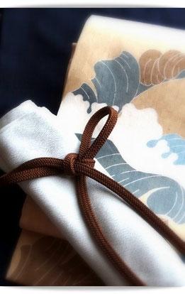 森田空美流の出張着付けレッスンの装いです。焦げ茶無地紬に、品川恭子作雪持ち芭蕉の染め帯。