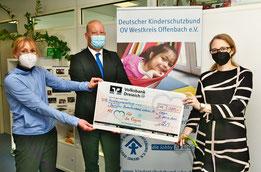Auf dem Bild zu sehen Frau Lord, 2. Vorsitzende des Kinderschutzbundes WKO, Herr Schmidt von der Volksbank und Frau Hölscher, Geschäftsführung des Kinderschutzbundes WKO