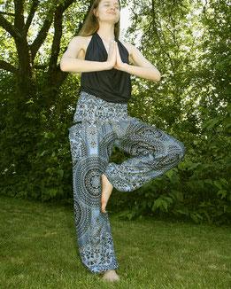 Yoga Model mit Haremshose, Yogahose, Pluderhose für Damen, mit Mandala und Blumen Muster, blau, Fairtrade