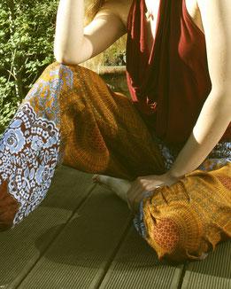 Fair, schön & shanti: Entspannt im Garten mit Haremshose, Yogahose, Pluderhose, bordeaux, orange, blau, mit Mandala Muster, Fairtrade