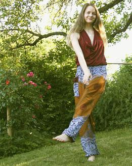 Locker und lässig mit Haremshose, Yogahose, Pluderhose, bordeaux, orange. blau, mit Mandala Muster, Fairtrade