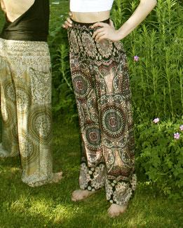 Yogini mit Haremshose, Yogahose, Pluderhose für Damen, mit Mandala und Blumen Muster, rosa / dunkelrot / blau / bunt, Fairtrade