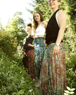 Freundinnen, glücklich mit Haremshose, Yogahose, Pluderhose für Damen, mit Mandala und Blumen Muster, blau / bunt, Fairtrade