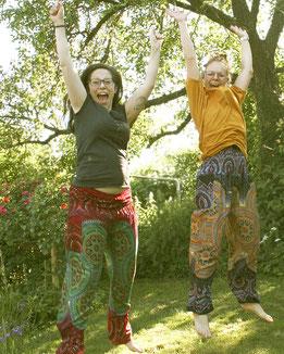 Fair, schön & shanti: Aktiv im Garten mit Haremshose, Yogahose, Pluderhose, dunkelblau, bunt mit Mandala Muster, Fairtrade
