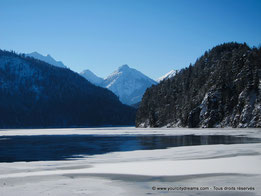 Le lac Alpsee, en face du château Neuschwanstein, sous la neige.