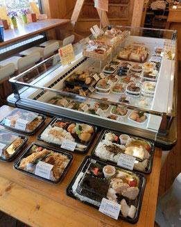 ●1階には、テイクできるお弁当やお惣菜もいろいろと。ここで買って公園に行って食べるのもいいですね