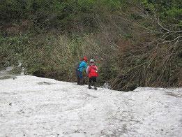 鳥原山の残雪で遊ぶ息子たち