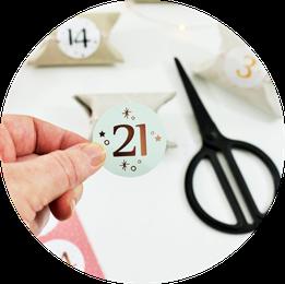 Bild: DIY Upcycling und zero waste Adventskalender gestalten – mit dieser Anleitung ganz einfach, günstig und schnell einen DIY Adventskalender aus Papierrollen selber machen // gefunden auf www.partystories.de // #diyadventskalender #upcycling #zerowaste