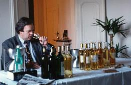 Weinflaschen, Spucknapf, Wasser: Robert Parker bei der Degustation, im Dezember 1997 in einem Restaurant in Frankreich. (Foto:Maurice Rougemont/Gamma-Rapho/Getty)