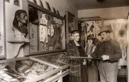 Museumsgründer Patty Frank (1876-1959) und Witwe Klara May (1864-1944) in der ersten Ausstellung vor 90 Jahren. Fotos: Karl-May-Museum Radebeul, Petra Hornig