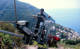 Der Winzer fährt in der steilen Cinque Terre hinunter zur Küste. Die Kamera darf nicht oben bleiben, sie muss mit (Fahrt). Dies ist nur eines von unzäligen Beispielen.