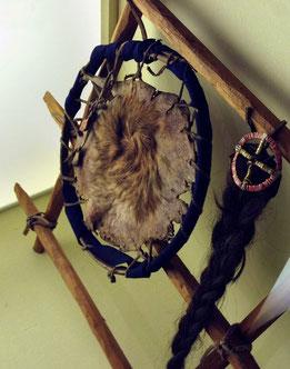 Der Skalp der Ojibwa-Indianer im Museum Radebeul  (Bild:dpa)