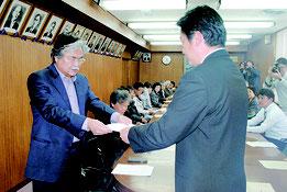 抗議集会の決議文を中山市長に手渡す「石垣島に軍事基地をつくらせない市民連絡会」の上原共同代表=1月31日午後、市役所