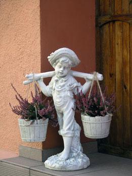фигура бетонная садовая мальчик с ведрами