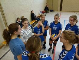 TSHG U 16 w I schaffte leider nur einen vierten Platz. Dennoch konnte man zufrieden sein. Coachen durften Nadja Hegele, v. lks. und Vivien Herzog, re. daneben.  Foto: W. Metschke