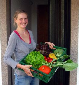 Frau Huppertz mit Gemüsekiste
