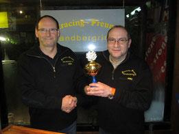 Der Jahressieger 2014 Eugen Woll bekommt den Wanderpokal von Pressesprecher Joachim Schütz überreicht