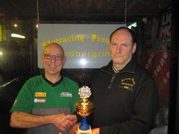 Pressesprecher Joachim überreicht dem neuen Jahressieger Berti den Wanderpokal