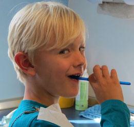 Zähne putzen üben mit Kindern Zahnputztechniken