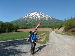 京極登山口から、スキー靴・スキーを担いで出発