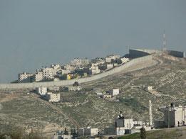 Photo prise à Jérusalem-Est, vu depuis la Vieille Ville. Haut de huit mètres, le mur isole Jérusalem de la Cisjordanie. (Wikipedia)