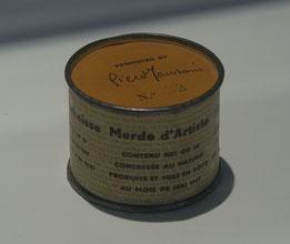 Piero Manzoni (1933 - 1963)  Merda d'artista (Merde d'artiste) mai 1961 Fer-blanc, papier 5 cm Diamètre : 6,5 cm Inscriptions :Signée et numérotée au cachet sur le couvercle : Piero Manzoni / N.° 31