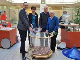 v.l.n.r. Herr Hinsenbrock und Frau Eckardt von der Sparkasse Jena, Herr Zitzmann und Herr Haueis vom Jenaer Kirchbauverein bei der Trichterleerung