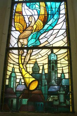 Friedenskirche Jena, Glasfenster von Fritz Körner (Stürzender Engel mit Posaune über der Silhouette von Jena)