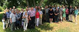 Die Teilnehmer der Kirchenfahrt im Garten des Eulensteinscher Hofes vor Beginn der Mittgliederversammlung. Foto: KBV