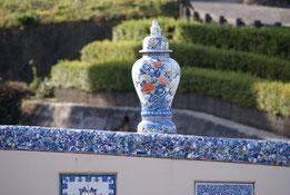 伊万里焼の陶片が散りばめられた鍋島藩窯橋