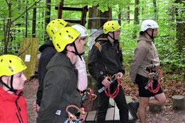 Wirtschaftspsychologie-Studenten vom Bodensee Campus in Konstanz beim Teamtraining im Mainauwald