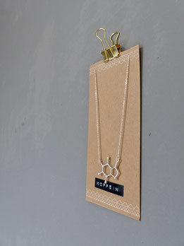 Für Kaffee-Liebhaber: Kette mit Anhänger, der die Molekularstruktur von Koffein darstellt  - mit Liebe handgemacht vom kleinen Schmuck-Label Majuki.   Die Halskette eignet sich super als Geschenk.