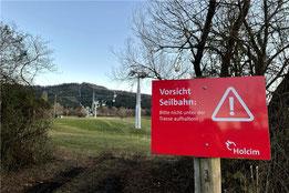 Holcim hat die Seilbahn-Trasse seit 16. Dezember aus Sicherheitsgründen abgesperrt.     © Lea Irion