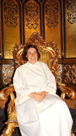 Magdalena Overberg im Choroutfit: auf dem Sessel saß bereits Papst Johannes Paul II