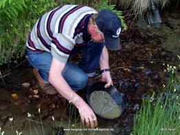 Matthias beim Goldwaschen.