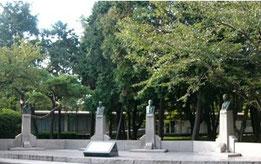 九州工大の創立者の胸像