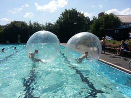Wasserbälle+aufgeblasen+im+Schwimmbad