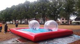 Wasserbecken+wie+Hüpfburg+aufgeblasen