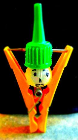 """""""The man with the hat"""" ist eine umgestaltete Wäscheklammer. Ein Werk des Künstlers Erol Alp."""